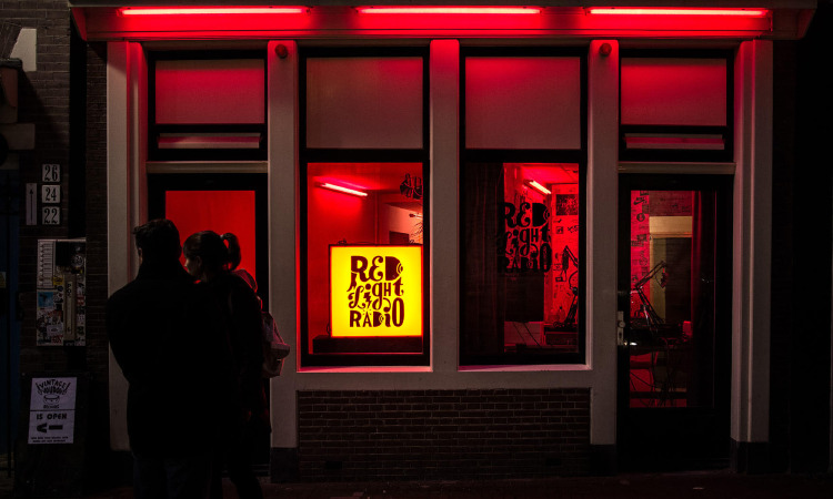 Red Light Radio strim kao popodnevno zagrevanje za Apgrade